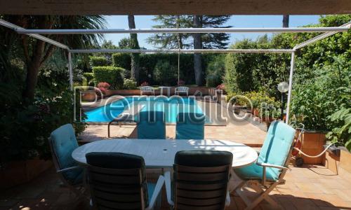 Olgiata, proponiamo una splendida villa bifamiliare con piscina privata. La villa si sviluppa su due